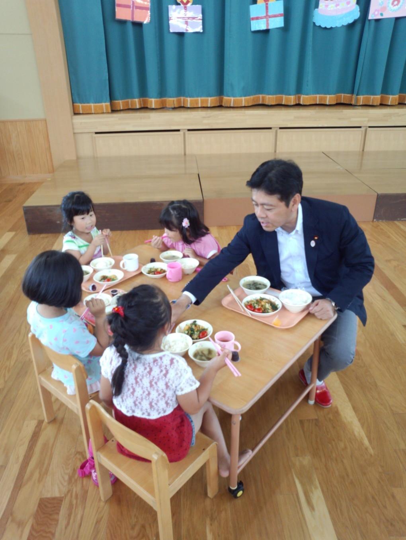 園児たちといっしょに給食を食べました